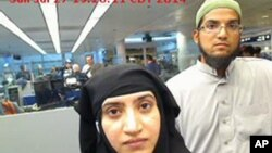 美国南加州圣贝纳迪诺枪击案凶手法鲁克(右)与妻子马利克2014年7月27日在芝加哥奥黑尔国际机场通过美国海关时的照片。法鲁克的苹果手机导致苹果公司与美国联邦调查局的较量。