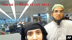 Cette photo, prise le 27 juillet 2014, a été fournie par le 'US Customs and Border Protection'. Elle montre Tashfeen Malik, à gauche, et Syed Farook, à l'aéroport international O'Hare de Chicago.