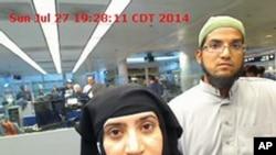 Cette photo, prise le 27 juillet 2014, a été fournie par le 'US Customs and Border Protection'. Elle montre Tashfeen Malik, à gauche, et Syed Farook, à l'aéroport international O'Hare de Chicago.