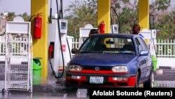Un pompiste remplit une voiture d'essence dans le quartier central des affaires d'Abuja, au Nigeria, le 1er avril 2020.