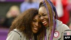 Serena Williams (kiri) dan kakaknya, Venus Williams saat menerima medali emas ganda putri pada Olimpiade di London tahun 2012 (foto: dok).