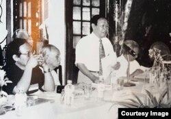 Nhà thơ Huy Cận (đứng) kể chuyện nhận thoái vị của vua Bảo Đại, Hoàng thành Huế, năm 2000. (Hình: Trên VnExpress, do TS sử học Phan Thanh Hải, Giám đốc Trung tâm bảo tồn di tích Cố Đô Huế, cung cấp)