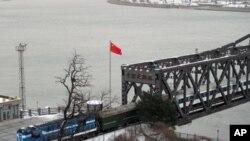 一列火车从朝鲜进入中国