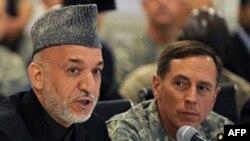 Afganistan Devlet Başkanı Karzai (solda) ve Orgeneral David Petraeus