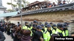 9일 민주노총 한상균 위원장 은신처인 서울 종로구 조계사 관음전 출입구 앞에서 조계종 총무원 직원들이 경찰을 둘러싸고 있다.