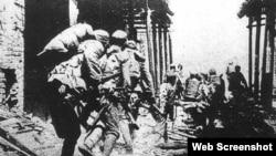 """1938年4月6日,中国国民党军队在山东南部的台儿庄抗击日本侵略军,此战被称为""""台儿庄战役""""。图为中国军队冲进台儿庄与日军展开巷战。(历史照片)"""