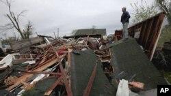 En la mañana de este domingo Gary Gladwin mira lo que ha quedado de su casa, en Thurman, Iowa.