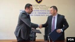 Ministar za zajednice i povratak u Vladi Kosova Dalibor Jevtić (desno) sa direktorom Kancelarije za zajednice u kabinetu premijera Kosova Srđanom Popovićem posle potpisivanja sporazuma