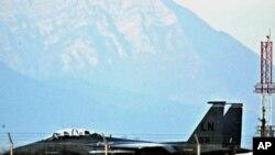 在意大利的北约基地,一架美国空军F-15E攻击鹰战机正在起飞滑行