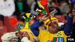 Sipòtè ekip Afrik Disid la kap sonen twompèt vuvuzelas yo nan match jedi denye .
