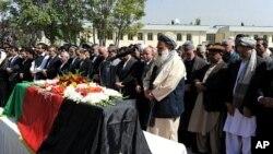 星期五阿富汗總統卡爾扎伊(右三)在喀布爾參加為前總統拉巴尼舉行的葬禮