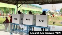 Tampak warga binaan LP Kelas IIA Tanjung Gusta di bilik suara tengah memberikan suaranya (foto: VOA/Anugrah Andriansyah)