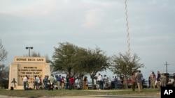 Truyền thông bên ngoài lối vào căn cứ quân sự Fort Hood ở Texas, ngày 2/4/2014.
