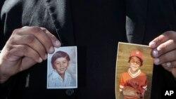 Une victime d'abus sexuel dans l'archidiocèse de Los Angeles, présente des photos de lui-même lorsqu'il était enfant. Jeudi 14 mars 2013 à Angeles. (Photo AP / Damian Dovarganes)