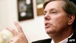 Thượng nghị sỹ Cộng Hòa Lindsey Graham cho hay phe Cộng Hòa cần phải tìm ra phương thức giảm bớt công chi và giảm con số nhân viên làm việc trong chính phủ