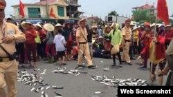 Xuất hiện nhiều cuộc biểu tình của các ngư dân các tỉnh miền Trung về vụ cá chết hàng loạt thời gian qua.