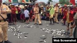 Ngư dân Việt Nam biểu tình vì cá chết hàng loạt ở miền trung.