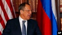 ႐ုရွားႏိုင္ငံျခားေရး၀န္ႀကီး Sergei Lavrov (၀ဲ) နဲ႔ အေမရိကန္ ဒုသမၼတ Joe Biden (ယာ) တို႔ ျမဴးနစ္လံုၿခံဳေရးဆိုင္ရာ ညီလာခံမွာ သီးျခားေတြ႔ဆံုေနစဥ္။ (ေဖေဖာ္၀ါရီလ ၂ ရက္၊ ၂၀၁၃)။
