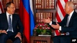 Ngoại trưởng Nga Sergei Lavrov và Phó tổng thống Mỹ Joe Biden (phải) hội đàm song phương tại Hội nghị Chính sách An ninh lần thứ 49 tại Munich, Đức, ngày 2 tháng 2, 2013.
