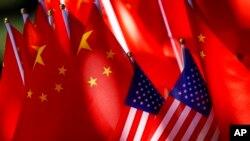 2018年9月16日,北京一辆三轮车上的美国国旗与中国国旗。