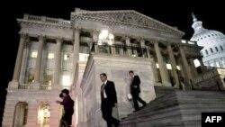 Конгрессмены покидают здание Капитолия