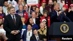 El presidente Donald Trump habla en apoyo del candidato republicano Rick Saccone, durante un mitin en Moon Township, Pensilvania, el sábado 10 de marzo.