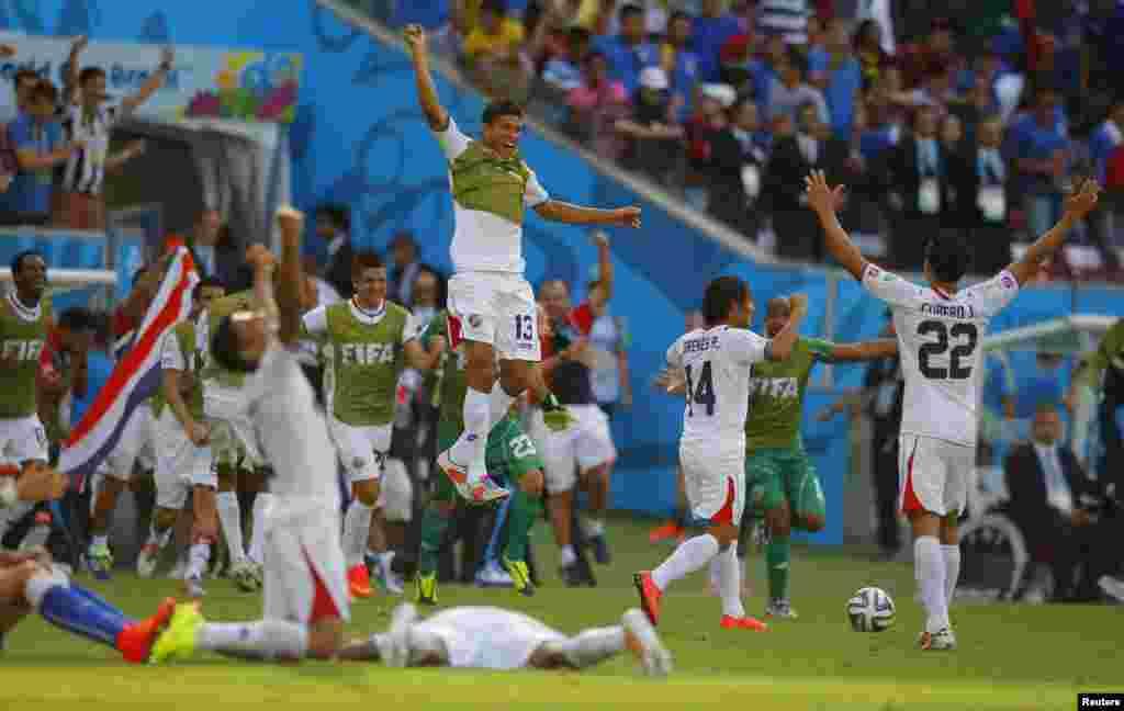کوسٹا ریکا کے کھلاڑی اٹلی کے خلاف میچ جیتنے پر خوشی کا اظہار کرتے ہوئے