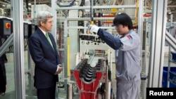 Menteri Luar Negeri AS John Kerry saat melihat pembuatan mesin di pabrik Foton Cummins Engine di Beijing (14/2).