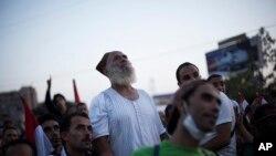 Kahire'de El-Edaviye camii önünde kamp kuran Mursi yanlıları bir konuşmayı dinlerken