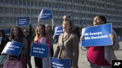 Un tribunal federal de apelaciones abrió el martes el camino para que una inmigrante de 17 años obtenga un aborto.