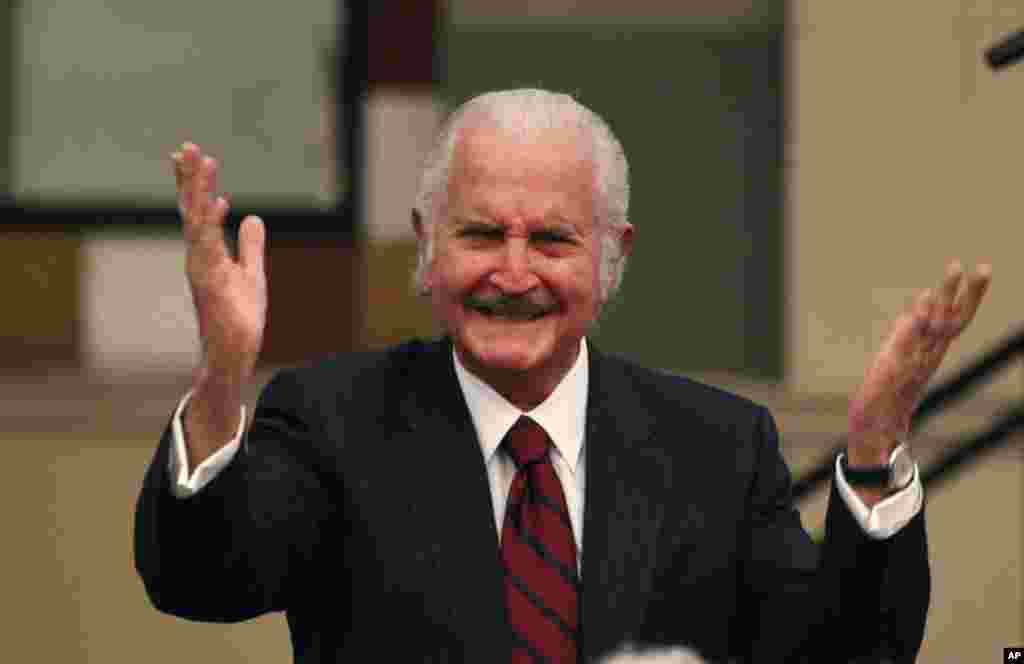 El laureado escritor mexicano Carlos Fuentes, considerado precursor de la nueva novela hispanoamericana falleció a la edad de 83 años, el 15 de mayo de 2012.