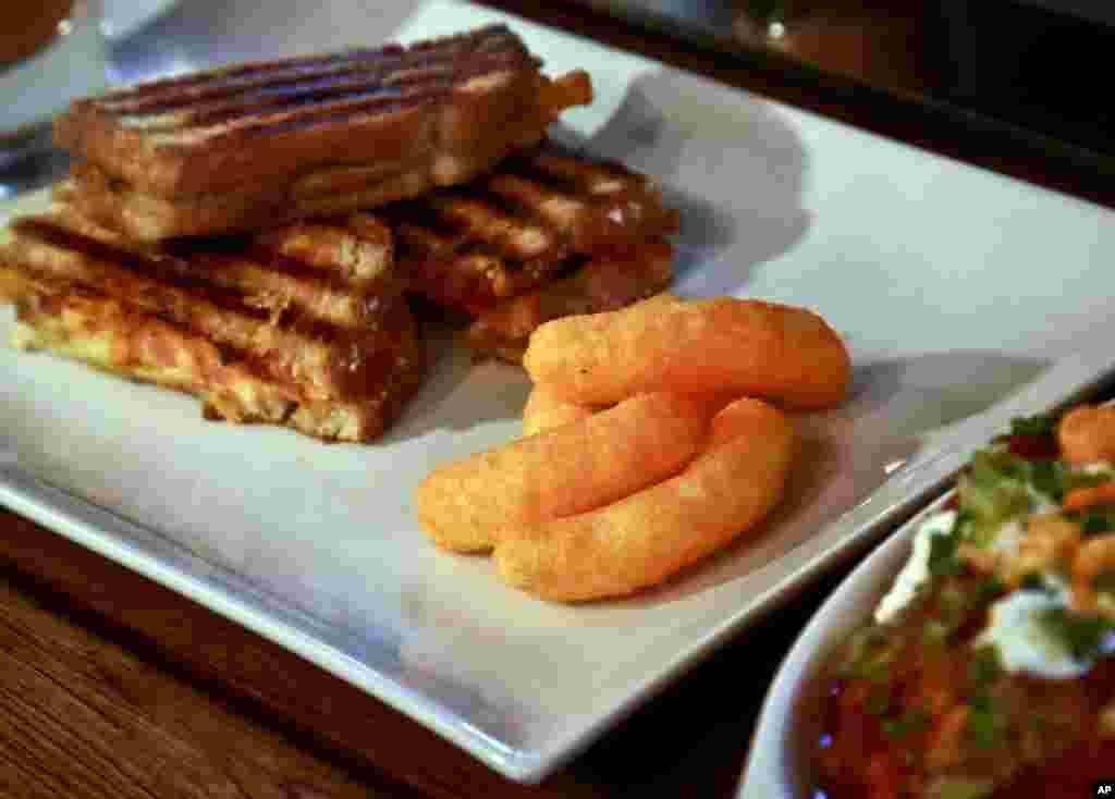رستورانی در نیویورک به مدت سه روز از پنیری که در پفک چی توز مصرف می شود در پخت غذاهایشان استفاده کردند.