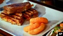 Sendvič i grickalica Cheetos u restoranu u New Yorku.