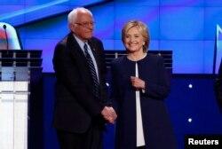Sanders ve Clinton el sıkışırken