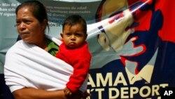 Decenas de mexicanos se reunieron a las afueras de la embajada de EE.UU. en México, para recordarle al presidente su promesa de una reforma migratoria que beneficie a sus familiares en EE.UU.