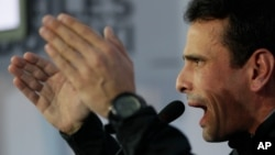 La oposición se queja de que cuando la television estatal menciona a Henrique Capriles es para ridiculizarlo.