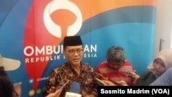 Anggota Ombudsman Ahmad Suadi bersama perwakilan Bappenas dan Kemenko Pembangunan Manusia dan Kebudayaan saat meluncurkan buku potret pelayanan publik di daerah dan kelompok marjinal di Jakarta, Kamis (12/12/2019).