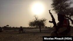 Un soldat de la garde nationale nigérienne surveille l'horizon dans le village de Zenam Kelouri, le 29 février 2016. (VOA/Nicolas Pinault)