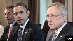 Predsednik Obama izmedju spikera predstavničkog doma Džona Bejnera (levo) i lidera senatske većine Herija Rida (desno) na razgovorima o paketu za smanjenje troškova, 7. juli, 2011.
