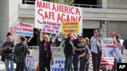 Para demonstran pendukung instruksi Presiden Donald Trump soal larangan imigrasi di dekat bandar udara Tom Bradley di Los Angeles (4/2). (AP/Reed Saxon)