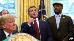 Фото: британський боксер Леннокс Льюїс (останній праворуч) в Овальному кабінеті Білого дому. Травень 2018-го року