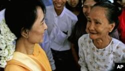 缅甸民主派领导人昂山素季(左)7月5日在参观佛塔城市蒲甘时与民众交谈