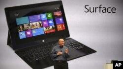 """El director ejecutivo de Microsoft, Steve Ballmer, muestra la nueva """"Surface"""", la nueva tableta que competirá con el iPad de Apple."""