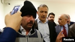 Tổng biên tập báo Zaman, Ekrem Dumanli (giữa), bị cảnh sát mặc thường phục đưa đi ở Istanbul, Thổ Nhĩ Kỳ, ngày 14 tháng 12, 2014.