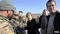 Kanselir Jerman Angela Merkel (tengah) mengunjungi markas pasukan Jerman di provinsi Kunduz, Afghanistan utara, Sabtu.