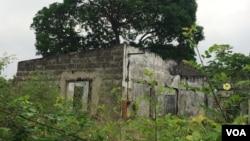 Une habitation à Mfilou non réhabilitée 20 ans après, au Congo, le 3 juin 2017. (VOA/Ngouela Ngoussou)