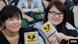參加者手持大會派發的反國民教育科手冊