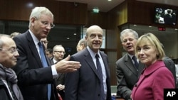 Ministan harkokin wajen Faransa Alin Juppe yake tattaunawa da takwarorinsa a taron EU.