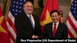 Phó Thủ tướng-Bộ trưởng Ngoại giao Phạm Bình Minh (phải) tiếp Ngoại trưởng Mỹ Mike Pompeo tại Hà Nội vào ngày 26/2/2019.