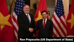 Ngoại trưởng Mỹ Mike Pompeo hội kiến Phó Thủ tướng kiêm Bộ trưởng Ngoại giao Việt Nam Phạm Bình Minh ở Hà Nội, ngày 26 tháng 2, 2019.